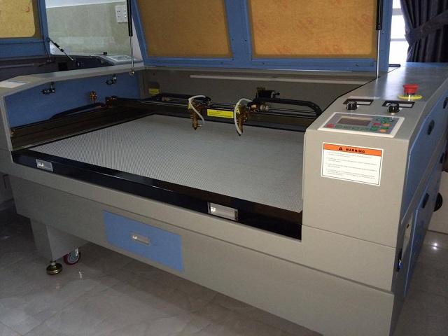 Máy khắc laser lên gỗ sử dụng chùm tia laser chiếu lên bề mặt gỗ để khắc tạo nên những hình ảnh tinh xảo
