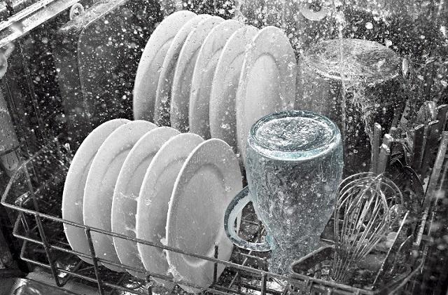 Máy rửa bát đĩa giúp làm sạch hoàn toàn bát đĩa và có tác dụng diệt khuẩn